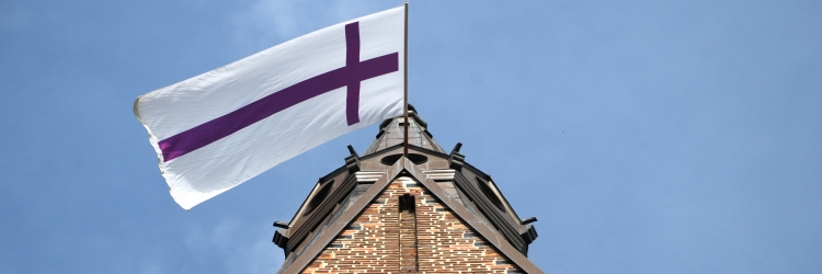 Kirchturm-mit-Fahne.jpg